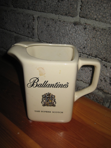 Strøken mugge til baren? Ballantines. THE SUPERB SCOTCH.