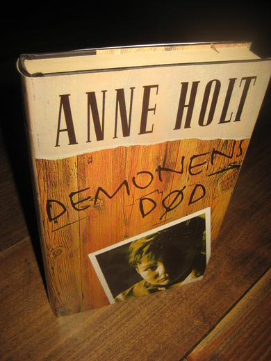 HOLT, ANNE: DEMONENS DØD. 1995.